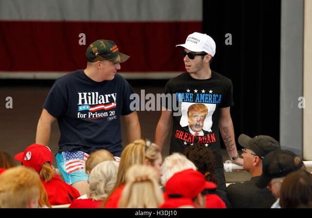 """Henderson, NV, USA. 5. Oktober 2016. Donald Trump Fans tragen ein """"Hillary für Gefängnis"""" und Stockbild"""