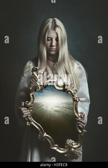 Frau Holding magischen Spiegel. Phantasie und surreal Stockbild