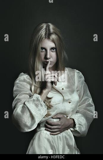Dunkle Portrait der schönen Frau. Stille Geste Stockbild
