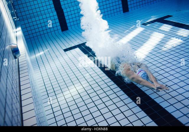 Unterwasser Aufnahme des weiblichen Schwimmer Schwimmen im Pool. Passen Sie junge weibliche Schwimmer Ausbildung Stockbild