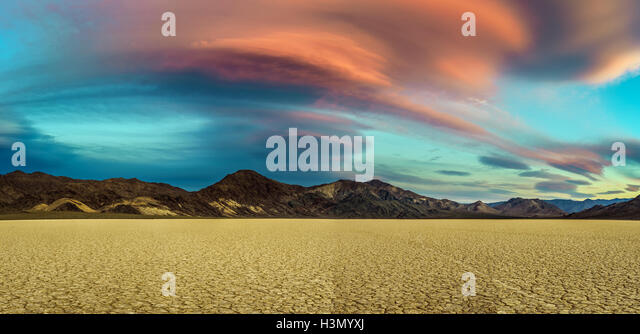 Malerischen Sonnenuntergang am Racetrack Playa in Death Valley Nationalpark Stockbild