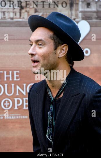 """Madrid, Spanien. 11. Oktober 2016. Schauspieler Jude Law bei der Präsentation der Serie """"The Young Papst"""" Stockbild"""