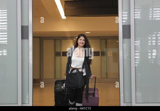 Frau, die Ankunft am Ankunfts, Pearson Airport, Toronto, Kanada Stockbild
