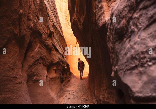 Ein Mann-Canyoning durch einen roten Slotcanyon im Süden von Utah Stockbild
