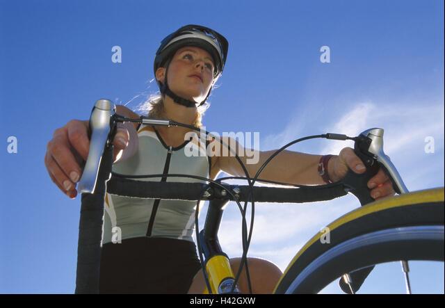 Radrennfahrer, Detail, Gegenlicht, von unten Frau, Sportlerin, 20-30 Jahre, Radian, Radfahrer, Freizeit, Hobby, Stockbild