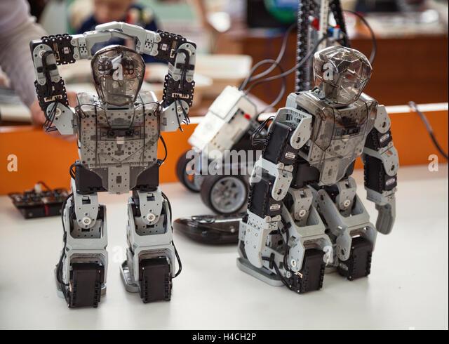 Robotis Bioloid Premium Kit: 2 kleine programmiert DIY humanoiden Roboter Spielzeug stehend auf einem Tabl Stockbild
