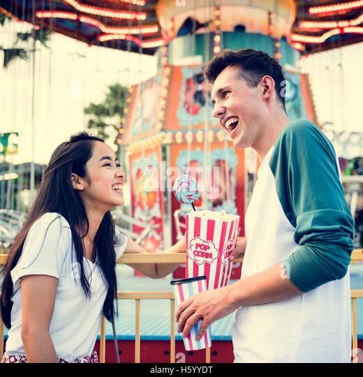 Paar aus dem Vergnügungspark Kirmes festliche verspieltes Glück Konzept Stockbild