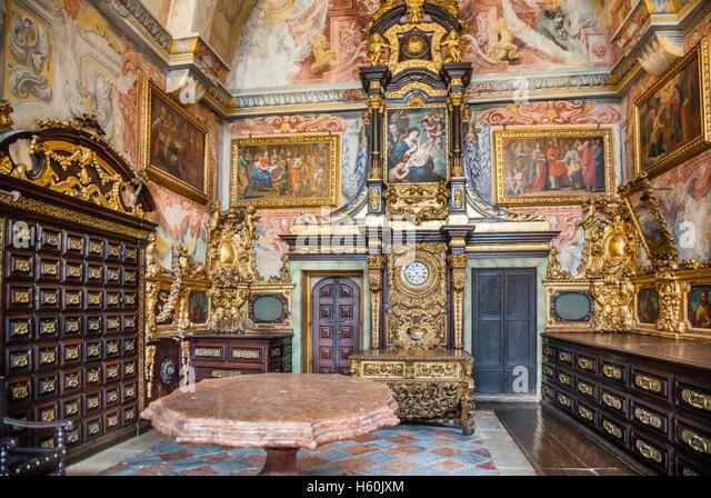 Alte Sakristei mit barocken Wandmalereien und Kommode bei Se, Porto, Portugal, Region Norte do Porto, Kathedrale Stockbild