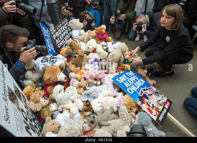 Downing Street/Whitehall.Actress Carey Mulligan stellt einem Teddybär in Whitehall die Toren No10 Stockbild