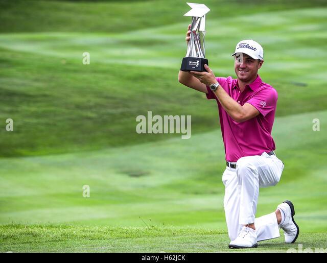 Kuala Lumpur, Malaysia, 23. Oktober 2016. US-Golfer, Justin Thomas mit der Trophäe nach Sieg der CIMB Classic Stockbild