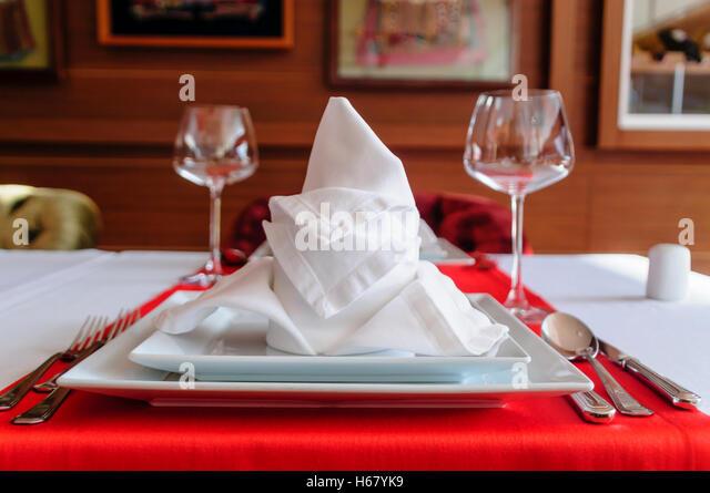 Gefaltete Serviette und Gedecke in ein feines restaurant Stockbild