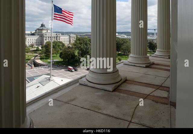 Blick von der Ostseite des US-Kapitol-Gebäudes mit Blick auf die Library of Congress aus den Spalten unter Stockbild