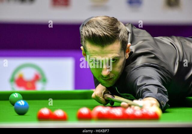 Daqing, Chinas Provinz Heilongjiang. 30. Oktober 2016. Mark Selby von England konkurriert während des letzten Stockbild