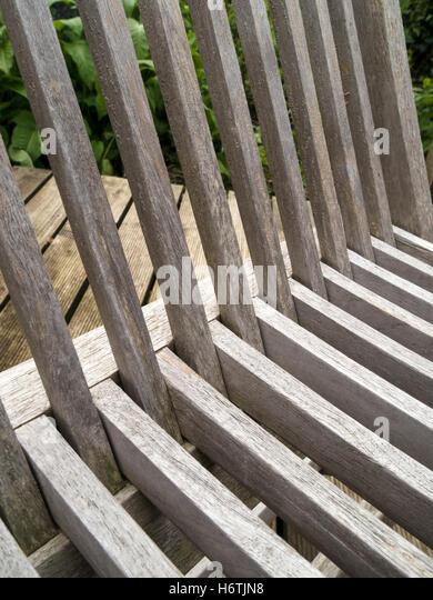 Abstraktes Bild von schrägen Lamellen in Gartenmöbel aus Holz. Stockbild