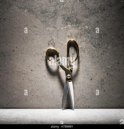Paar der Schere und Stein Mauer. Stillleben mit Nähen und schneidern Objekt Stockbild