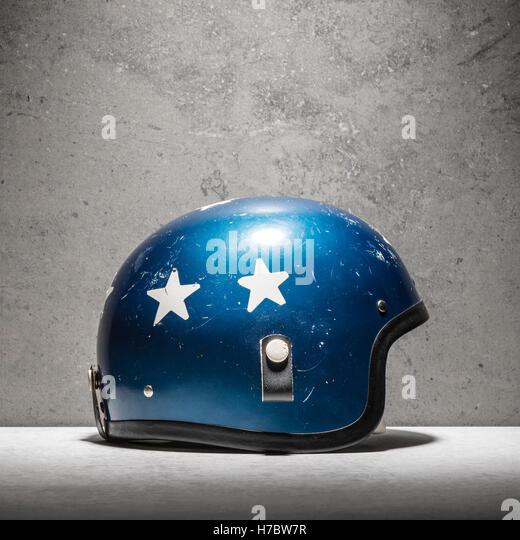Oldtimer Motorradhelm, blau mit weißen Sternen. Stillleben mit klassischen Schutzbekleidung für den Rennsport Stockbild