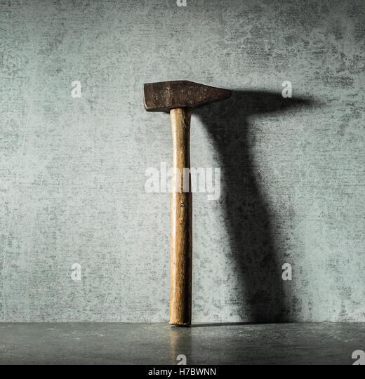 Vintage Hammer und Schatten auf der Steinmauer. Stillleben mit Arbeitsgerät. Konzept der diy und reparieren. Stockbild