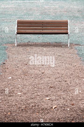 Leere hölzerne Parkbank. Konzept der Abwesenheit, leere und Ruhe Stockbild