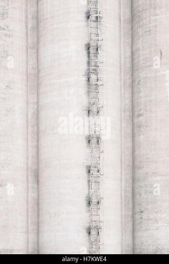 Außenseite des alten Industriegebäude mit Leiter. Betonarchitektur. Verlassenen Fabrik. Stockbild