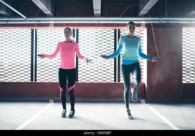 Vorderansicht von zwei sportliche Mädchen Sport Springseil. Exemplar Stockbild