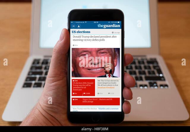 Detail des iPhone Smartphone zeigt Online-mobile Front-Page Schlagzeile aus The Guardian nach Donald Trump vic Stockbild