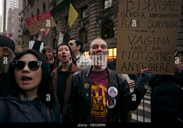 Menschen schreien gegen Donald Trump während eines Marsches vom New Yorker Union Square, 5th Avenue, den Trump Stockbild