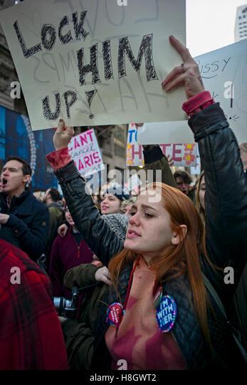 """New York, USA. 12. November 2016. Frau mit Schild mit der Aufschrift """"Sperrt ihn!"""" im März vom New Stockbild"""