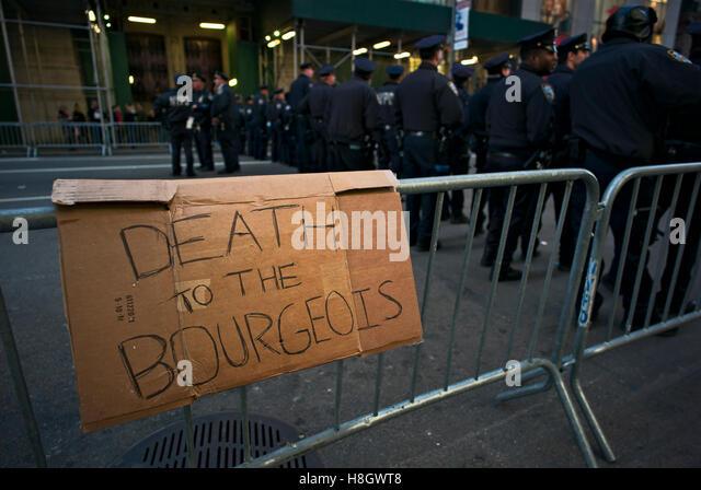 """New York, USA. 12. November 2016. Schild mit der Aufschrift """"Tod der bürgerlichen"""" Route März Stockbild"""