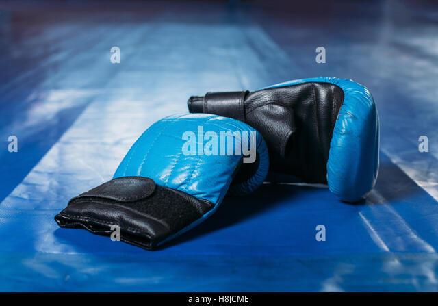 Boxhandschuhe auf dem Boden des Ringes. Stockbild