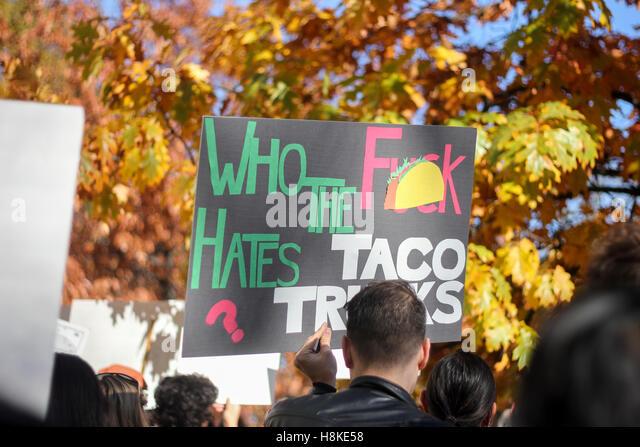 Springfield, Massachusetts, USA. 13. November 2016. Zeichen im Protest gegen Präsident elect Donald Trump statt. Stockbild