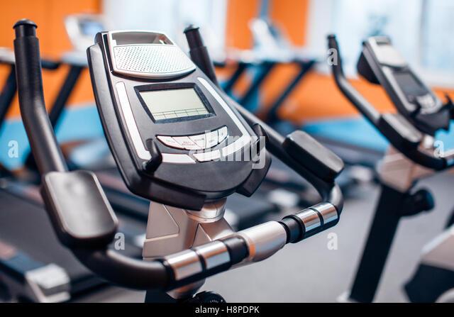 Aerobic, spinning Bikes Turnhalle Fitnessraum mit vielen hintereinander Stockbild