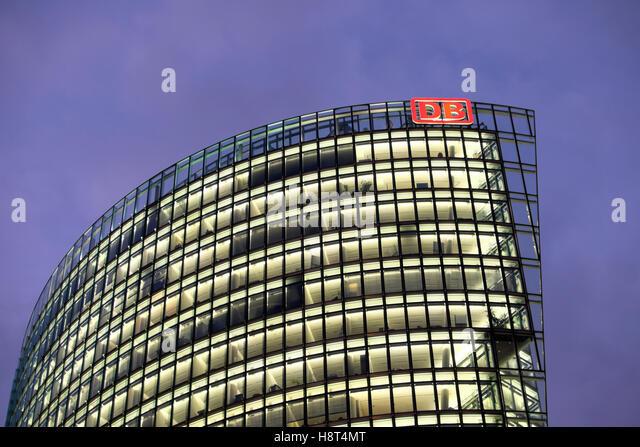 """""""Deutsche Bahn"""" DB Gebäude Zeichen Deutsche Bahn Firmensitz in Berlin, Deutschland Europa EU KATHY Stockbild"""