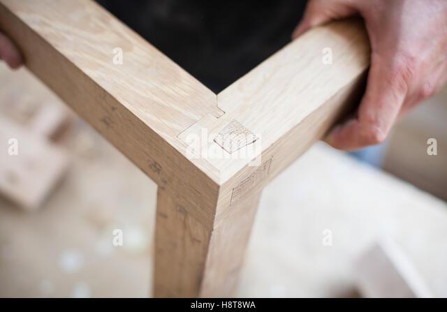 Detail der ein Möbelhersteller, die Anzeige seiner komplizierten Tischlerei hautnah Stockbild