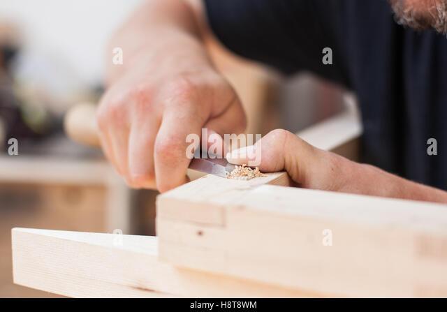 Detail eines Möbel-Herstellers mit einem Meißel hautnah Stockbild