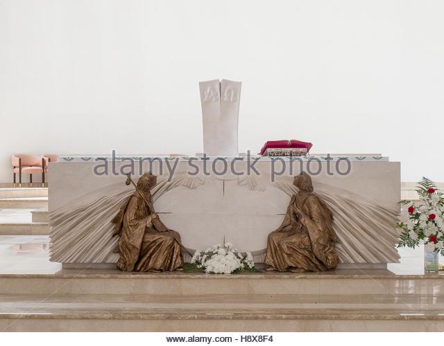 PRISTINA, KOSOVO - Juni 2016: Neue Altar im Inneren der römisch-katholischen Kathedrale der seligen Mutter Stockbild