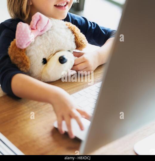 Mädchen Computer Technologie Networknig Verbindung Online-Konzept Stockbild