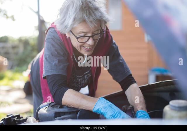 Ältere Kfz-Mechaniker arbeitet an ihrem Oldtimer Stockbild