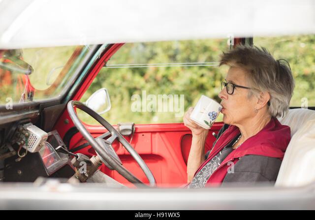 Ältere Kfz-Mechaniker mit einer Teepause Stockbild