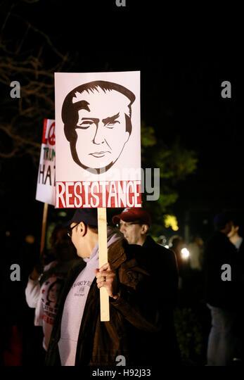 Indianapolis, Indiana, USA. 12. November 2016. Anti-Trump Demonstranten halten Schilder und Demonstration gegen Stockbild