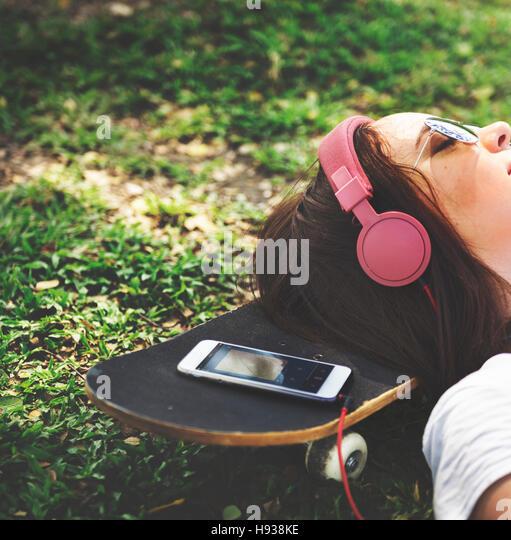 Skateboard Entspannung Erholung liegen Chill Kopfhörer Konzept Stockbild