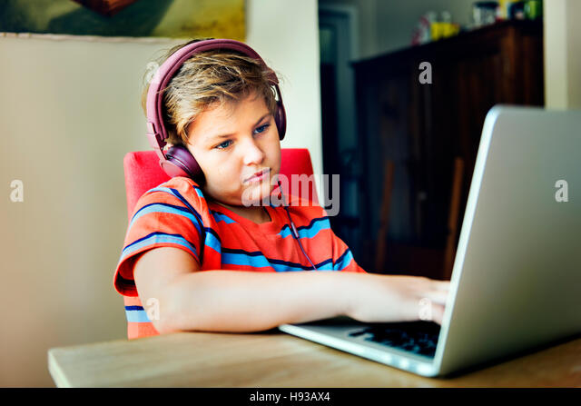 Langeweile Langeweile Kind Kopfhörer deprimiert müde Konzept Stockbild