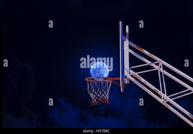 Mond in einen Basketballkorb. Stockbild