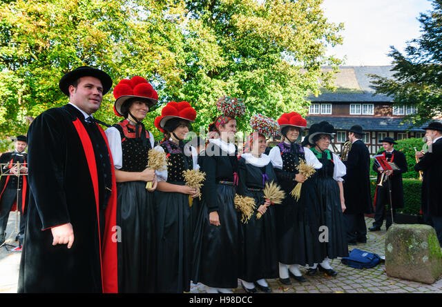 Gutach (Schwarzwaldbahn): Thanksgiving: Kapelle und Frauen mit Bollenhut (Bollen Hut) oder Schäppel Kopf Abdeckung, Stockbild