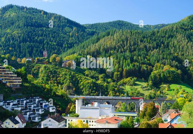 Hornberg (Schwarzwald): Berg Schlossberg, Burg Hornberg, Viadukt der Schwarzwaldbahn Zug Linie, Schwarzwald, Schwarzwald, Stockbild