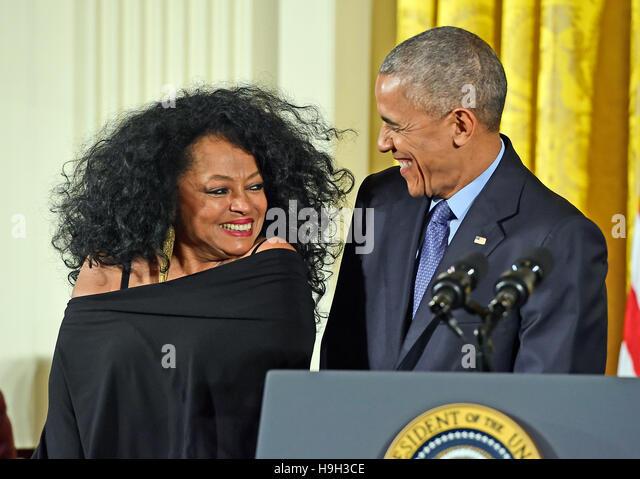 US-Präsident Barack Obama stellt die Presidential Medal Of Freedom für Sängerin Diana Ross während Stockbild
