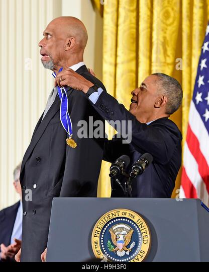 US-Präsident Barack Obama stellt die Presidential Medal Of Freedom für ehemalige NBA Sterne Kareem Abdul Stockbild