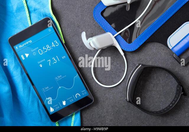 Smartphone mit einer unbekannten Anwendung für Läufer auf der Steinplatte. Anwendung wurde mit Grafikprogramm Stockbild
