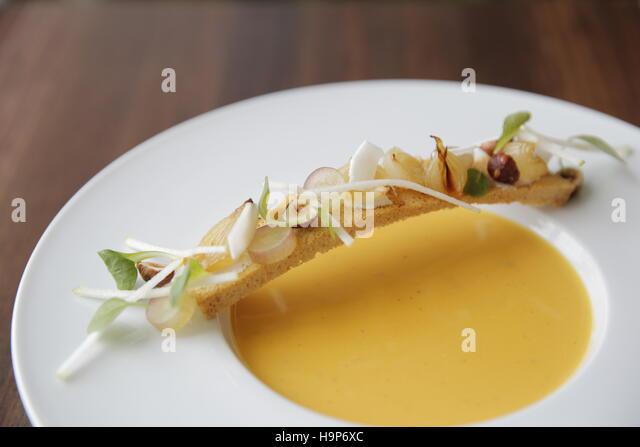 Gourmet-Speisen und Butternut-Kürbis-Suppe Stockbild