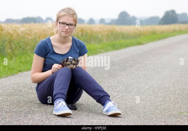 junge Mädchen und ihr Hund Stockbild