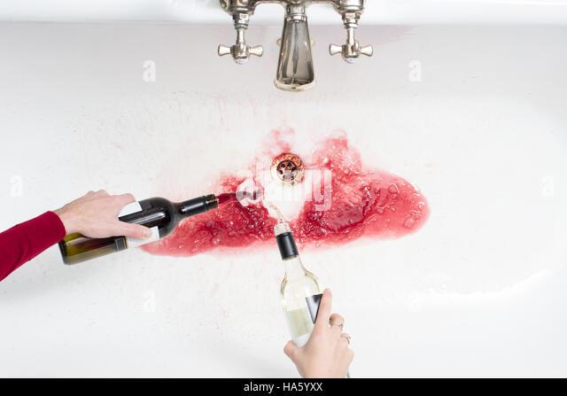 Detail von ein paar Gießen entfernt Wein in einem Akt der Verzicht auf Alkohol Stockbild